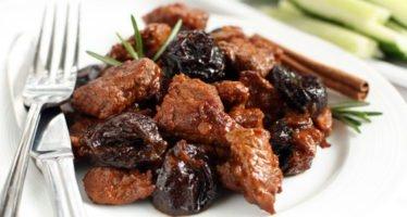 Говядина с черносливом тушеная в духовке