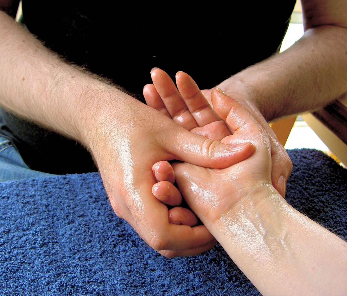 отекают руки - массаж